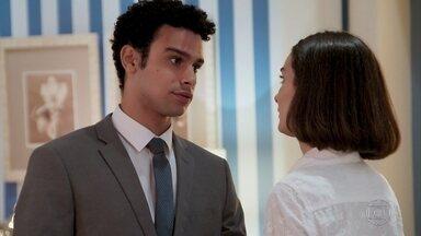 Larissa agradece companhia de Diego e percebe que o rapaz está chateado - O advogado diz que só foi até a delegacia por ela