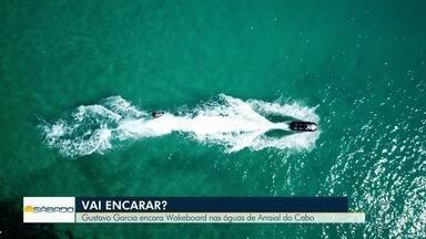 """""""Vai Encarar?"""" vai até cenários paradisíacos de Arraial para aprender o wakeboard - Gustavo Garcia aprende a surfar puxado por uma moto aquática. Confira."""