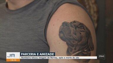 Soldado homenageia cão-bombeiro Barney com tatuagem em SC - Soldado homenageia cão-bombeiro Barney com tatuagem: 'Quando coração transborda, transparece na pele'