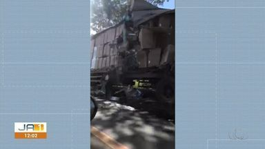 Uma pessoa fica ferida em acidente entre ônibus, carreta e picape na BR-153 - Uma pessoa fica ferida em acidente entre ônibus, carreta e picape na BR-153