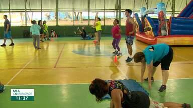 Em Ginásio pouco utilizado, comunidade se reúne para praticar exercícios funcionais. - Profissional de educação física orienta usuários do espaço a praticar exercícios que ajudam a combater o estress, a osteoporose e a ociosidade.