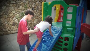 Aventura - Os irmãos Gabriel e Ágatha vão fazer 12 e 5 anos e já estão acostumados a dividir a mesma festa. Nesse ano, eles querem uma comemoração radical, em clima de aventura.