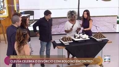 Cleusa celebra divórcio com bolo no 'Encontro' - Programa também faz docinhos 'bem-separados' para a comemoração