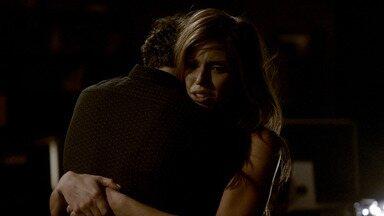 Garotas Perdidas - Elena exige respostas de Stefan sobre os estranhos ocorridos em Mystic Falls. Em flashbacks, ele explica como surgiu a rivalidade com Damon.