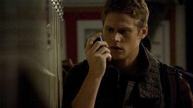 Assombrados - Damon se surpreende com as habilidades de Bonnie. O comportamento de Vicki se torna perigoso. Matt a leva para a festa de Halloween, e a noite toma um rumo assustador.