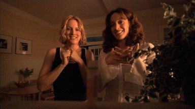 Vamos Lá - Bette e Tina esperam ansiosamente o resultado da inseminação. Tim, sem lembrar de seu encontro com Jenny, convida Marina para um jantar, irritando Bette.