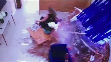 Carro desgovernado invade escritório e arrasta uma mulher - O acidente foi em Votorantim, no interior de São Paulo. A motorista disse à polícia que o carro ficou sem freio.