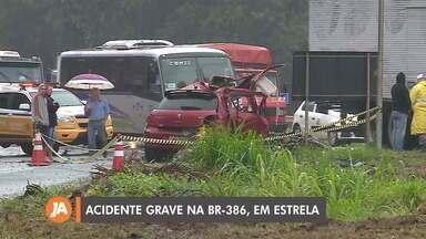 Acidente com caminhão de combustíveis deixa cinco feridos na BR-386, em Estrela - Veículo saiu da pista após colisão, atingiu uma parada de ônibus e caiu em um barranco.
