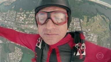 Durante salto de paraquedas Tomás desmaia - Manu fica receosa em saltar com o irmão, que acaba sendo atendido por Evandro e sua equipe