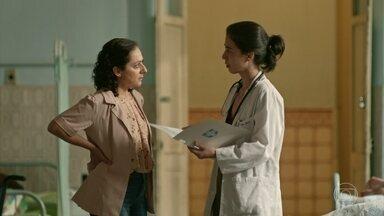 Carolina descobre que Célio não é o pai biológico de Érica - Neuza implora para a médica não revelar a verdade para o seu marido