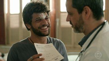 Décio atende um paciente que flerta com ele - Kleber revela que foi empurrado de uma escada por Igor