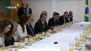 Bolsonaro explica críticas à classe política e diz que faz parte do mesmo bolo - Presidente falou sobre declaração em encontro com jornalistas no Palácio do Planalto