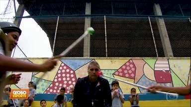 Professor de educação física em escola estadual usa a esgrima para conquistar as crianças - Professor de educação física em escola estadual usa a esgrima para conquistar as crianças