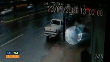 Mulher é ejetada de carro em acidente na avenida Colombo - Veículo colidiu contra um poste.