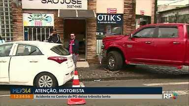 Acidente no Centro de Ponta Grossa deixa trânsito lento - Batida envolveu três carros e deixou uma pessoa levemente ferida.