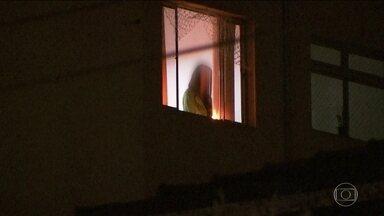 Polícia indicia por tentativa de homicídio mulher que jogou filha pela janela - Criança de 3 anos caiu sobre o para-brisa do carro que estava entrando na garagem e teve ferimentos superficiais. Mulher, que incendiou o apartamento e se jogou, está em estado grave.