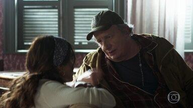 Eusébio sugere que Maria venda seus bolos - Dorotéia e a família entram na casa de Marlene atraídos pelo bolo de Maria