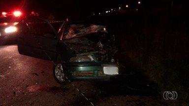 Jovem morre em acidente na GO-462 em que dois carros bateram de frente, em Goiânia - Motorista do segundo carro teve escoriações e foi atendido no local pelos Bombeiros.