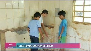 Meninos de Santa Rosa de Goiás encontram 12 mil reais e entregam na delegacia - Os três encontraram a quantia na casa de um idoso que havia morrido e agora a polícia tenta localizar a família