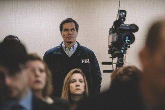 Operação Hora do Show - Com o cerco da ATF em movimento, começa uma troca de tiros entre os funcionários do governo e os fiéis do rancho. O FBI entra em ação em busca de uma solução pacífica.
