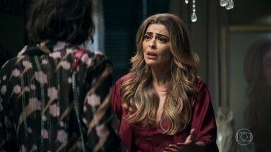 Maria da Paz fica preocupada com hora que Jô chega em casa - Maria da Paz acha que Jô está apaixonada