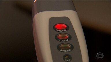 PRF testa bafômetro que detecta álcool só de se aproximar do motorista - Aparelho, que não serve de base para multas, está sendo usado em 13 estados.