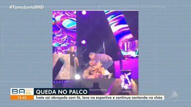 Ivete Sangalo leva tombo no palco durante show em Trancoso, no extremo sul do estado - Apesar do susto, a cantora fez brincadeira e continuou cantando no chão.