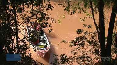 Seguem as buscas pelo homem que desapareceu no rio Marrecas, em Francisco Beltrão - O homem desapareceu na sexta-feira. Já se passam quatro dias. Até agora os bombeiros só encontraram a placa do carro, a 300 metros do local da queda.