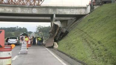 Batida de caminhão em pilastra de viaduto interdita Dutra por 5h em Pinda - Por causa do acidente, o trecho do km 99 chegou a ser interditado para avaliar se houve abalo na estrutura. Trecho foi liberado nos dois sentidos pela manhã.