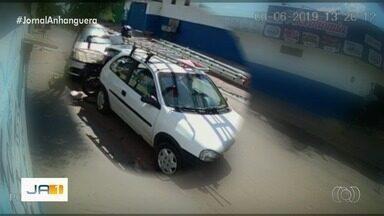 Vídeo mostra homem furtando carro em Goiânia - Ele coloca uma ferramenta no cesto da moto e vai embora.