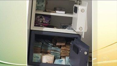 PF desmonta quadrilha que atuava na internet - Quatro pessoas foram presas. A quadrilha roubava e vendia dados de cartões de crédito e chegou até a fraudar um concurso da OAB. Segundo a PF, os criminosos se dividiam em células e invadiam o sistema de empresas financeiras e de bancos.