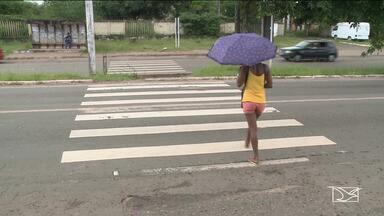 Pedestres reclamam de falta de sinalização na BR-135 - Eles dizem que o risco de atropelamento é constante.
