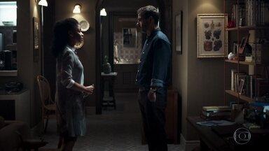 Gilda questiona Amadeu por demora - Maria diz que o advogado precisa conhecer Josiane