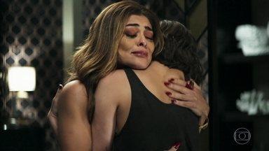 Maria revela a Josiane que Amadeu está vivo - A patricinha disfarça ao descobrir que o pai não tem dinheiro e comove a mãe com elogios. Maria sofre por não poder ficar com Amadeu
