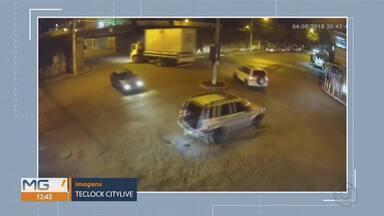Baú de caminhão fica preso em ponte e cai em Brumadinho, na Grande BH - Acidente foi no centro da cidade, por volta das 21h de terça-feira (4).