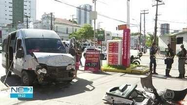 Acidente entre van e táxi deixa feridos no Recife - Câmera de segurança flagrou a colisão.
