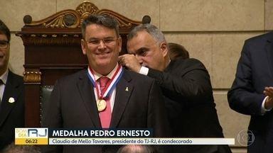 Presidente do TJ-RJ recebe Medalha Pedro Ernesto - Claudio de Mello Tavares recebeu a condecoração por iniciativa do vereador Doutor Carlos Eduardo, do SD.