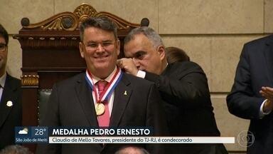 Presidente do TJ recebe medalha Pedro Hernesto - O desembargador Cláudio de Mello Tavares está há 4 meses no tribunal. Essa é a principal honraria concedida pelo parlamento carioca.
