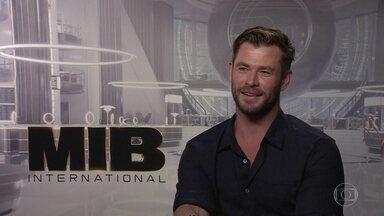 """Chris Hemsworth divide com Tessa Thompson a pressão de substituir astros de """"MIB"""" - Protagonista do novo longa da sequência conta ao Fantástico que tem uma parceira perfeita."""