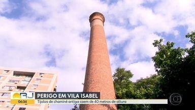 Tijolos de chaminé antiga, em Vila Isabel caem de 40 metros de altura - A chaminé de uma antiga fábrica vira perigo para quem passa por perto, os tijolos caem de 40 metros de altura.