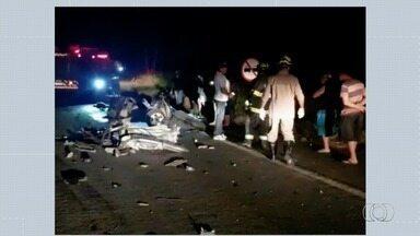 Motorista morre em acidente na BR-153 - Veículo bateu em carreta e foi arrastado por 40 metros.