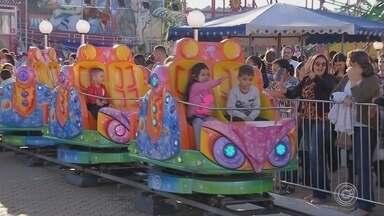 Famílias aproveitam a Festa Junina de Votorantim - Muitas famílias aproveitaram o domingo (10) para curtir as atrações da Festa Junina de Votorantim (SP).