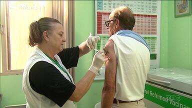 Das 110 unidades de saúde de Curitiba, 46 já não têm mais vacinas contra a gripe - A orientação da Secretaria de Saúde da cidade é que as pessoas entrem em contato com os postinhos mais próximos, antes de ir até lá, tomar a vacina.