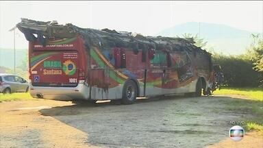 Dez pessoas morrem em acidente com ônibus de turismo em rodovia de São Paulo - Caso ocorreu na serra de Floriano Rodrigues Pinheiro, que dá acesso a Campos do Jordão, neste domingo (9). Outras 51 pessoas ficaram feridas e foram encaminhadas a hospitais.