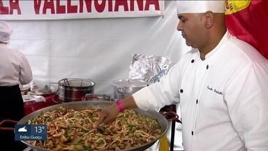 Eventos de gastronomia internacional reúnem multidões em São Paulo - No Ibirapuera, food trucks com comida de rua mataram a fome dos clientes. Já na Mooca, além de comer, o público pôde aprender várias receitas.