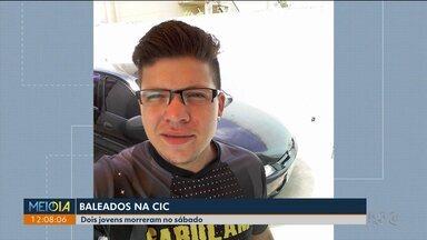 Dois jovens foram baleados neste fim de semana, em Curitiba, em plena luz do dia. - Os dois rapazes estavam parados no sinaleiro quando foram baleados. O alvo era um deles. A polícia acredita que o outro jovem foi morto por ter presenciado o crime.