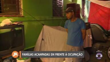 Famílias acampam em frente à ocupação após reintegração de posse em Porto Alegre - Segundo prefeitura, ela ofereceu albergues e abrigos para os moradores.