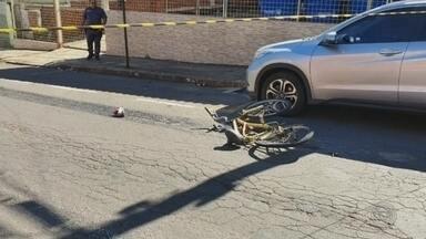 Adolescente em bicicleta morre atropelada por caminhão-tanque em avenida de Lins - Menina de 16 anos estava de bicicleta quando se envolveu em um acidente com caminhão na região central da cidade. Ela foi arrastada por 50 metros e morreu no local, segundo a PM.