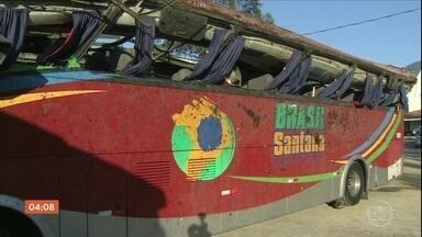 Acidente que deixou 10 mortos e mais de 50 feridos em Campos do Jordão é investigado - Testemunhas contaram que o ônibus teria ficado sem freio quando voltava de uma viagem pra comemorar o Dia dos Namorados.
