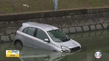 Carro cai no canal da Avenida Agamenon Magalhães, no Recife - Na manhã desta segunda (11), não havia pessoas dentro do carro.